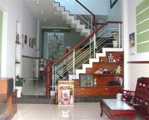 Thiết kế cầu thang có tay vịn tông màu gỗ