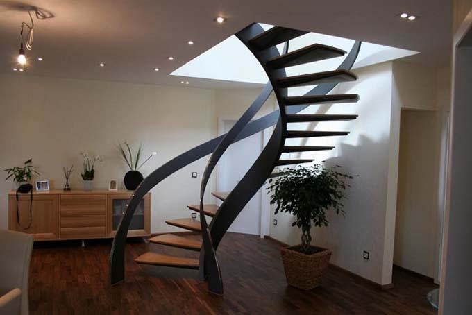 Cầu thang xoắn ở trung tâm phòng dáng cách điệu