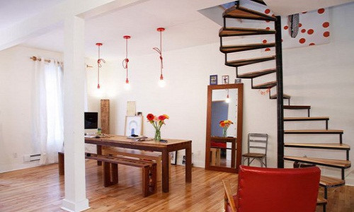 Cầu thang xoắn bên phải nhà không thành vịn