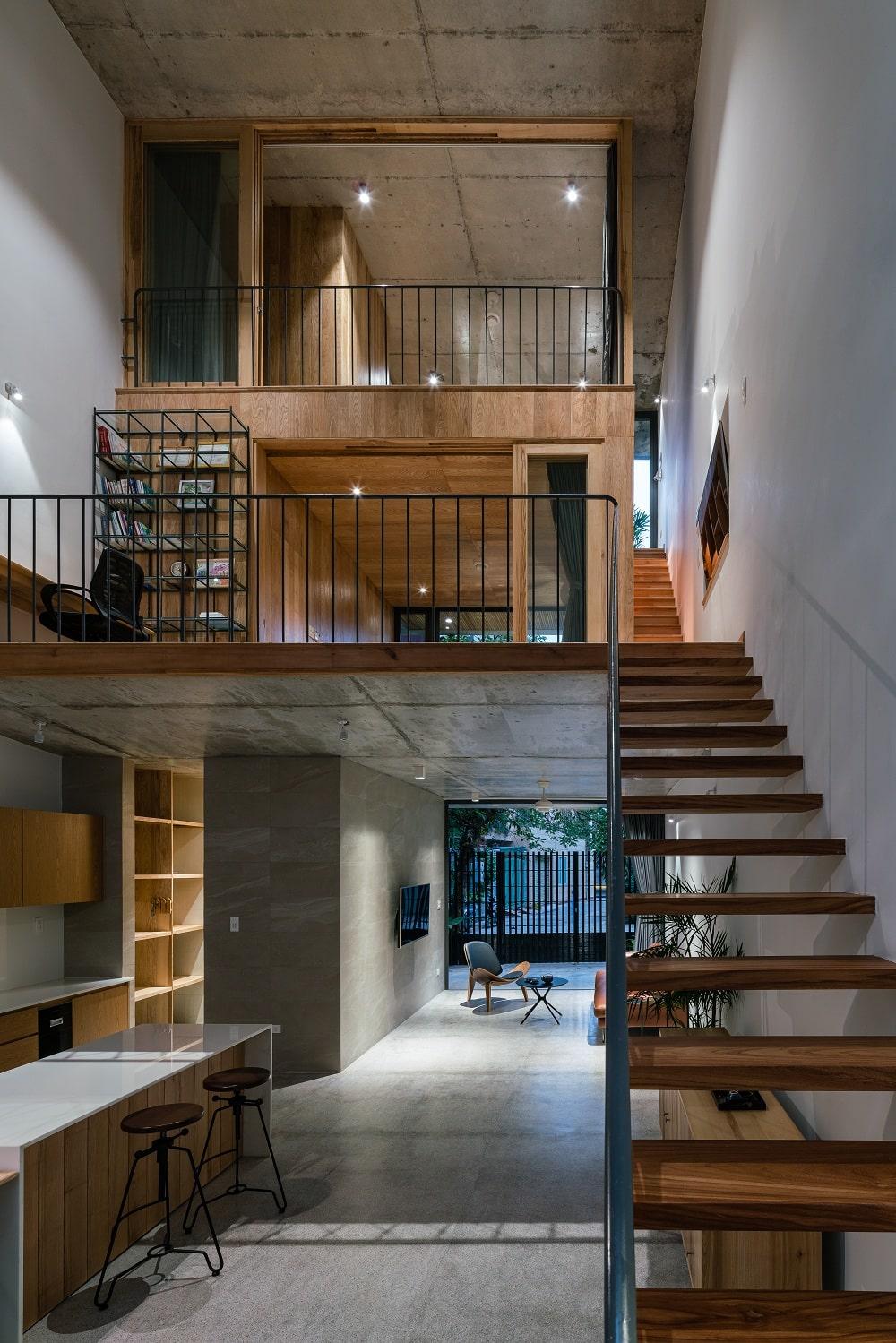 Mẫu 4: Mẫu phòng khách dành cho nhà ống gần cầu thang gỗ đẹp