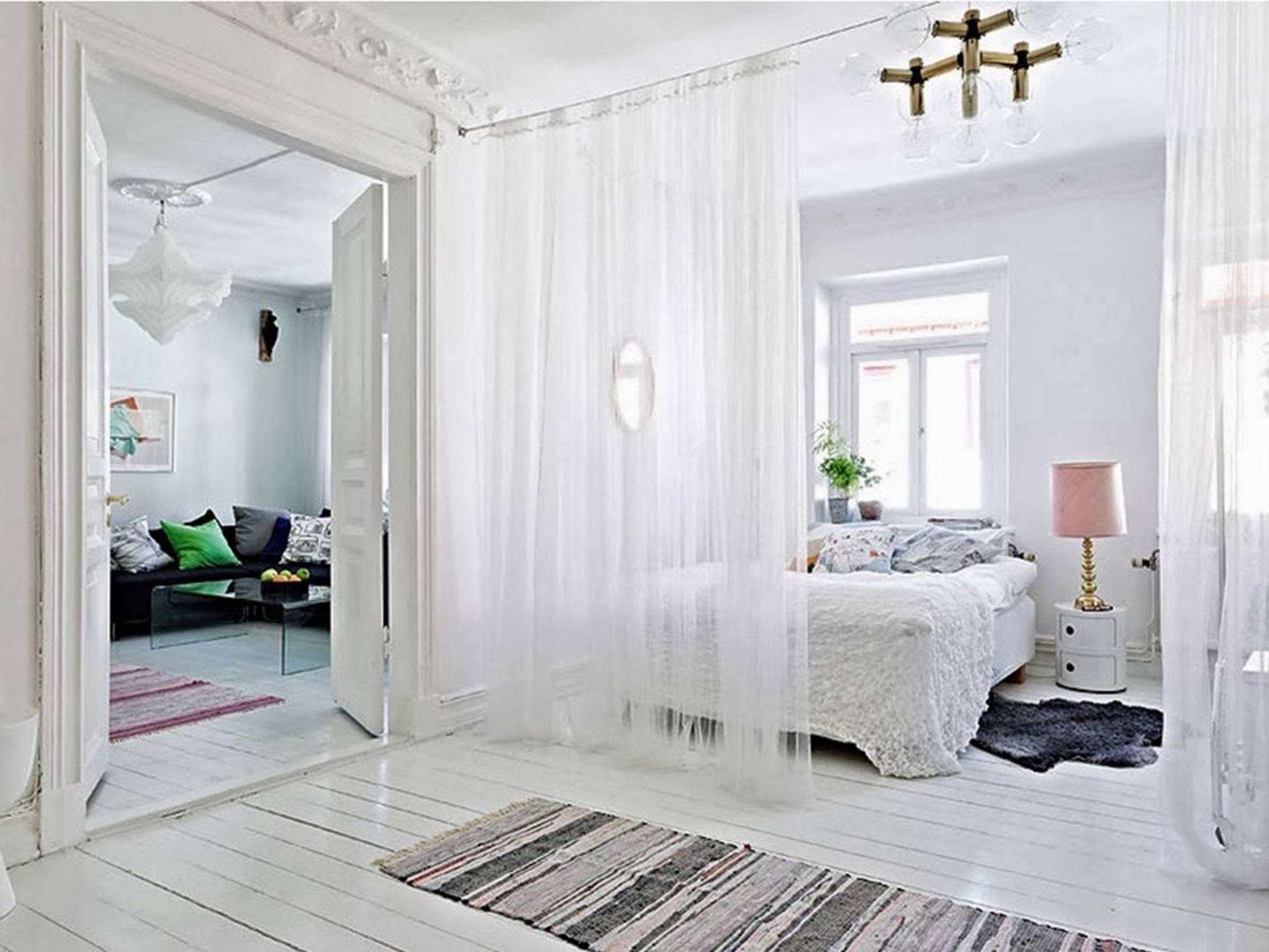 Mẫu thiết kế phòng ngủ kết hợp phòng thay đồ có sử dụng rèm cửa làm vách ngăn