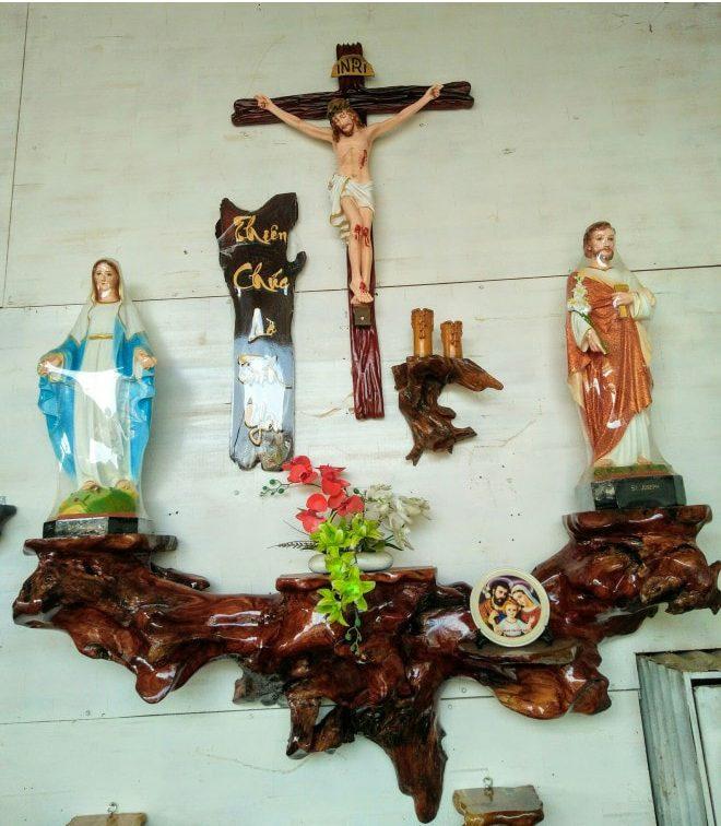 bàn thờ chúa ở phòng khách