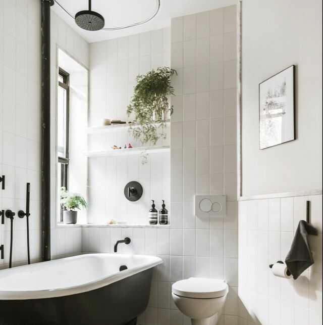 Phòng tắm nhỏ với thiết bị, nội thất trắng đen
